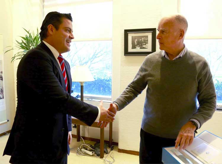 Aristóteles Sandoval con el gobernador de California, Jerry Brown.